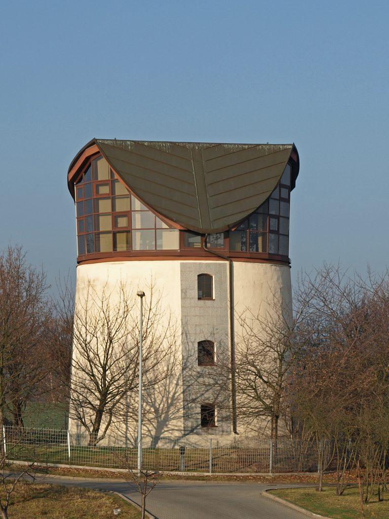 Die resaurierte Ruine der Mühle lässt sich noch durch ihre konische Gebäudeform erahnen. (Aufnahme: Dezember 2015)