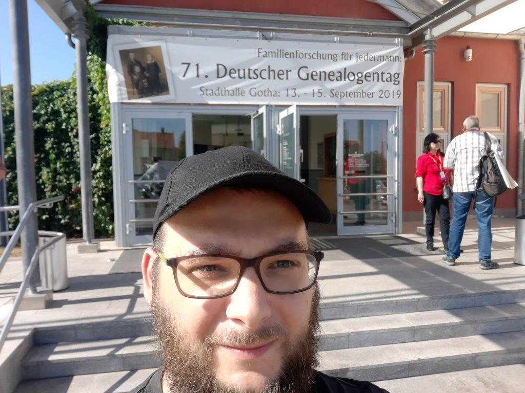 Ich vor den Pforten der Stadthalle in Gotha